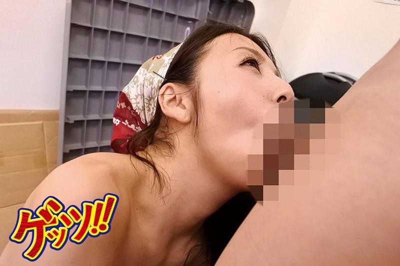 【熟女盗撮】防犯担当の欲求不満なパンスト主婦が若い万引き男を密室で誘惑しカニ挟みSEXで精液搾り取っている件。 サンプル画像  No.5