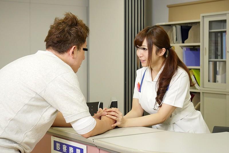 「看護師さんに惚れられ過ぎて彼女がそばにいるのにコソコソ誘惑(胸チラ/尻見せ/超密着)されてヤられた」VOL.1 サンプル画像  No.1