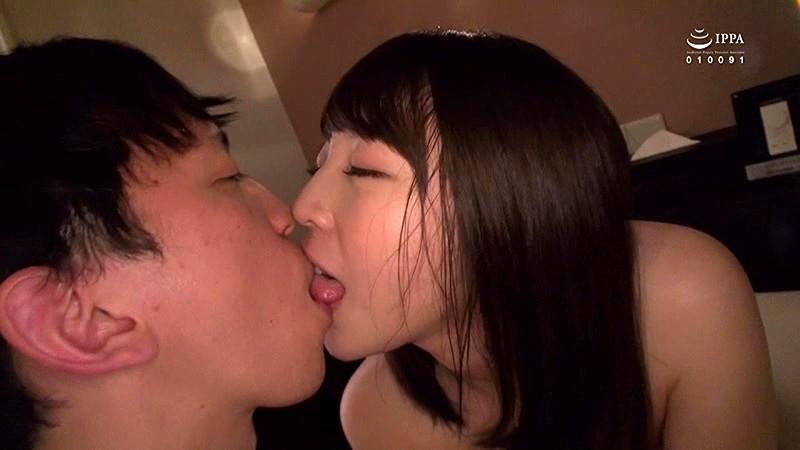 週末一人で寂しく飲んでいる人妻を持ち帰ったらえげつなく下品なキスをする女で… サンプル画像  No.4