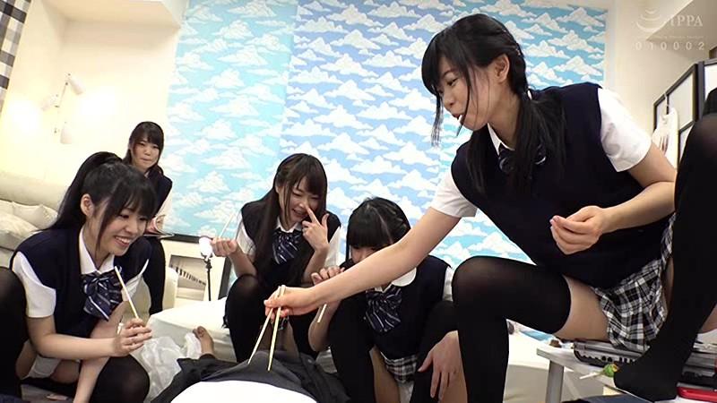 ニーハイ天国!見舞いに来た同級生5人のたなぼたパンチラ サンプル画像 No.4