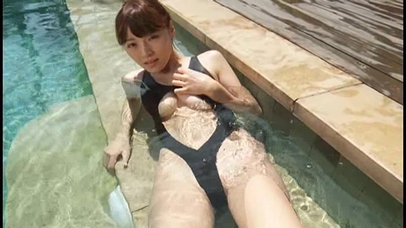 伊藤しほ乃 胸の谷間に白い液体を垂らされてエロティック!! 2