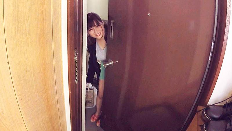 玄関を開ける大門みやこ