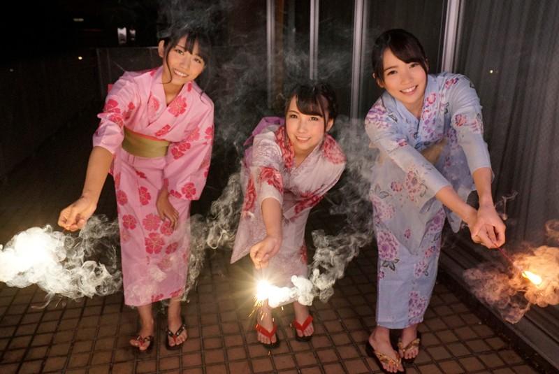 【VR】花火と焼肉パーティーでどんだけ盛り上げても、女の子に気を使っても、結局モテるのはイケメンだと気づいた…。ただ、諦めずに肉食系女子に、焼肉を丁寧に提供していたら、イケメンは早漏で、欲求不満な女子たちが寄ってきた…。 玉木くるみ・枢木あおい・神宮寺ナオ サンプル画像 No.5