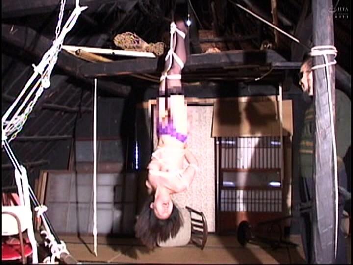 人妻蜜室監禁 未亡人、若妻に異物挿入、蝋燭鞭責め、天井吊り サンプル画像  No.4