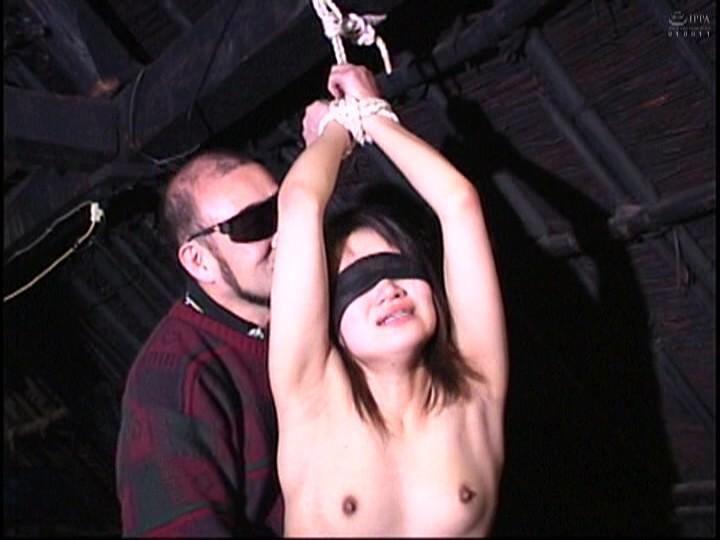 人妻蜜室監禁 未亡人、若妻に異物挿入、蝋燭鞭責め、天井吊り サンプル画像  No.8