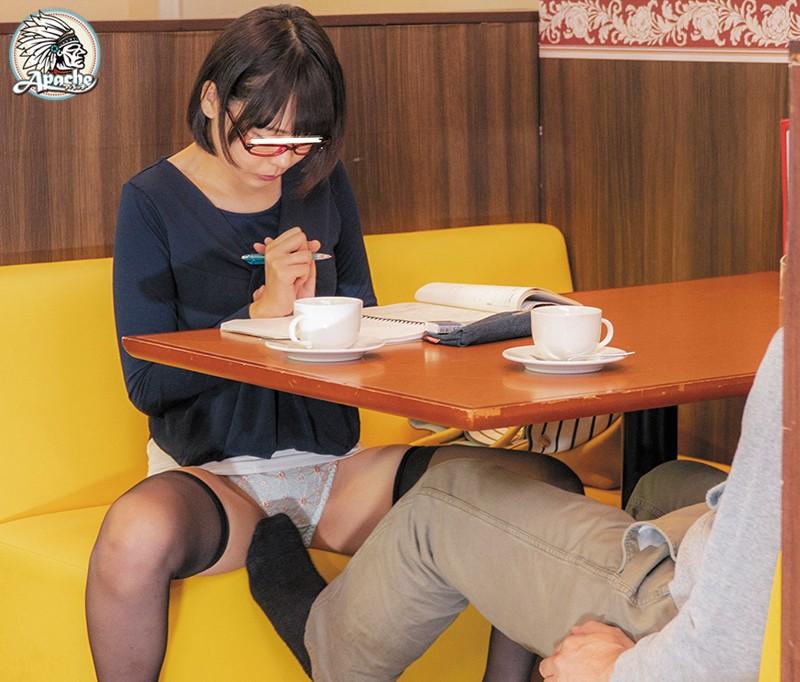 ファミレスで長時間勉強しているメガネ女子をテーブル下の電気アンマ痴漢でイカセつづけろ!! サンプル画像  No.3