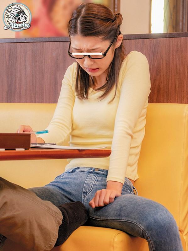 ファミレスで長時間勉強しているメガネ女子をテーブル下の電気アンマ痴漢でイカセつづけろ!! サンプル画像  No.4