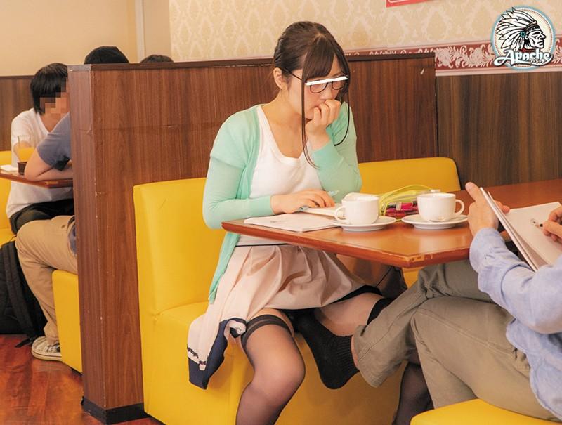 ファミレスで長時間勉強しているメガネ女子をテーブル下の電気アンマ痴漢でイカセつづけろ!! サンプル画像  No.6