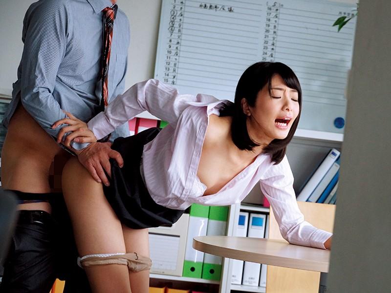 休日オフィスNTR~わたし、夫に休日出勤とウソをついて上司に抱かれてます… 川上奈々美 サンプル画像  No.1