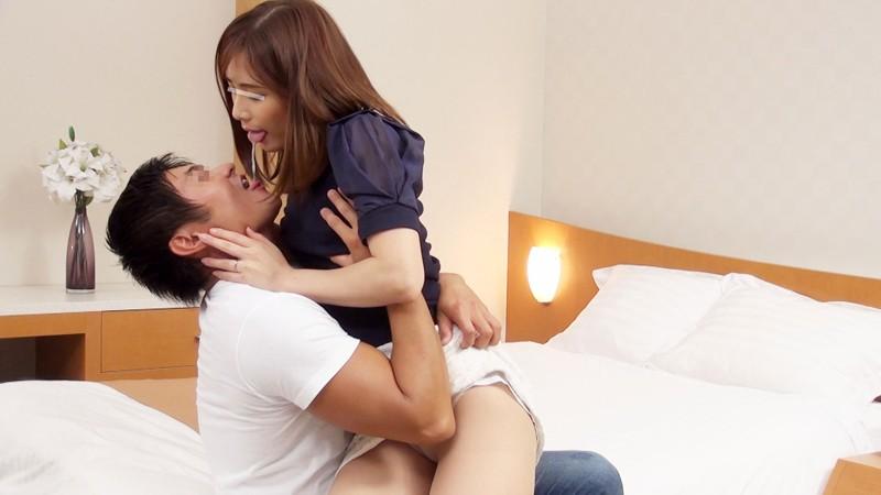 一般男女モニタリングAV 34歳以上の素人奥様限定!年の差があっても男女はキスだけで恋に落ちて初対面の相手とSEXしてしまうのか?惹かれあった2人のキスまみれの完全プライベートSEXを大公開!!人妻×男子大学生編 サンプル画像 No.7