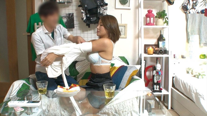 「奥さん、おヒマだったら僕の部屋へ遊びに来ませんか?」めちゃくちゃ美人なのに欲求不満な素人奥様をイケメンくんが自宅に連れ込み浮気SEX(中出し)漬けにしてしまう盗撮ビデオ サンプル画像 No.1