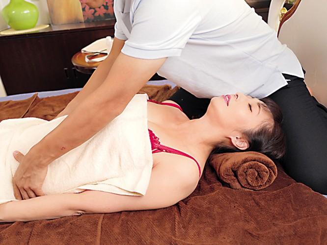 マッサージ師NTR 「夫は愛しているわ、ケド私が欲しいのはオチ○ポなの!」 音羽文子 サンプル画像 No.1