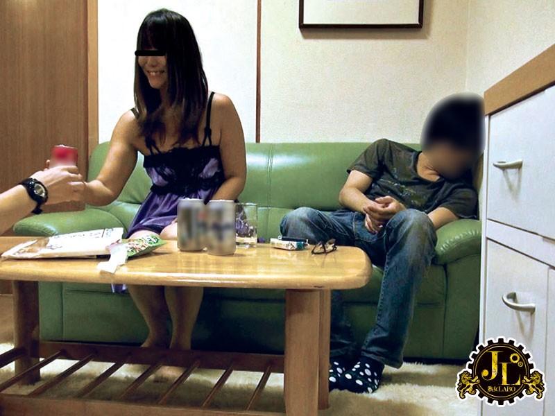 友人のお母さんと一緒にお酒飲んで、寝ている息子の目の前で乱痴気セックス!!※息子は薬飲ませて寝かせといた。 サンプル画像 No.1