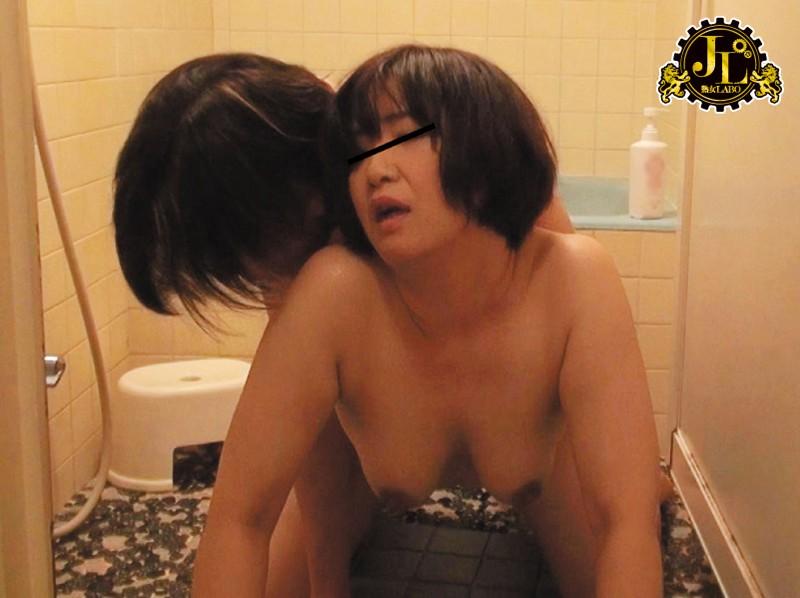 お風呂上がりの熟女を狙ってお宅訪問!タオル一枚の熟れたカラダを熱い視線で見てたら、中出しセックスまでできるのか!? 2 サンプル画像 No.7