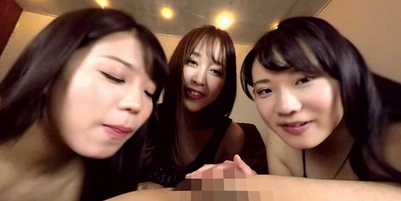 【VR】美女で痴女の3人組に完全に侵される男優!日頃の鬱憤を向けられた男優は サンプル画像 No.3