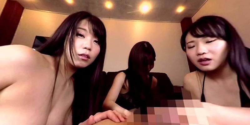 【VR】美女で痴女の3人組に完全に侵される男優!日頃の鬱憤を向けられた男優は サンプル画像 No.4