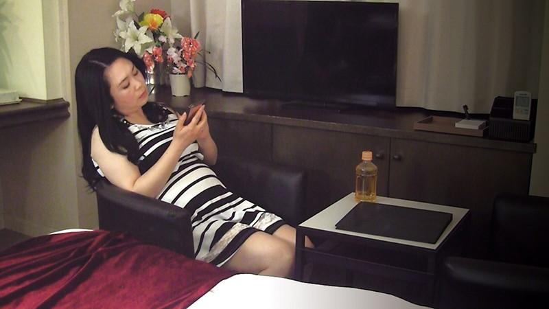 堅物で爆乳な妻を騙して結婚記念日に夫婦で泊まったホテルで性感マッサージを…K子さん サンプル画像  No.7