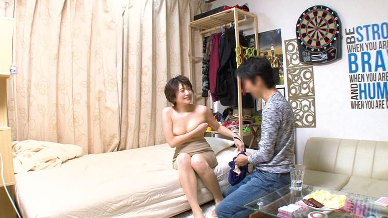 イケメンが熟女を部屋に連れ込んでSEXに持ち込む様子を盗撮した動画。 FANZA限定!先行配信スペシャル!!60 サンプル画像  No.5