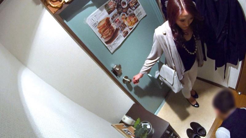 イケメンが熟女を部屋に連れ込んでSEXに持ち込む様子を盗撮した動画。 FANZA限定!先行配信スペシャル!!62 サンプル画像  No.4