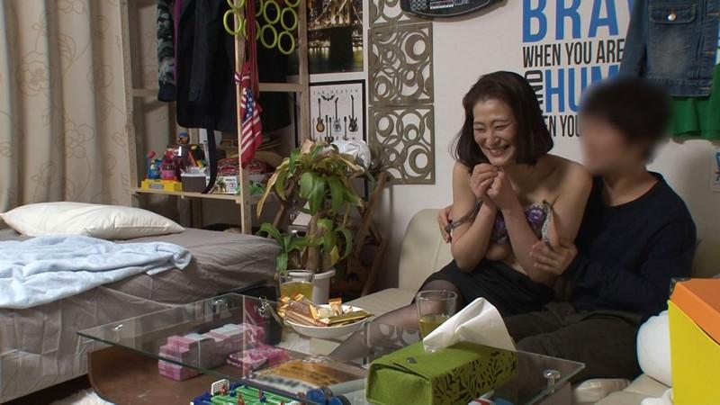 イケメンが熟女を部屋に連れ込んでSEXに持ち込む様子を盗撮した動画。 FANZA限定!先行配信スペシャル!!70 サンプル画像  No.1