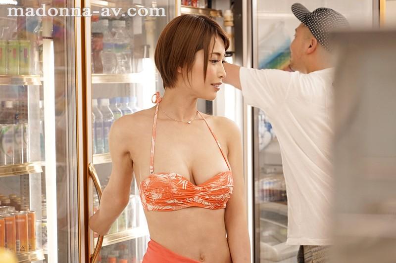 海水浴場沿いのコンビニ ~狙われたビキニ人妻~ 君島みお サンプル画像  No.1
