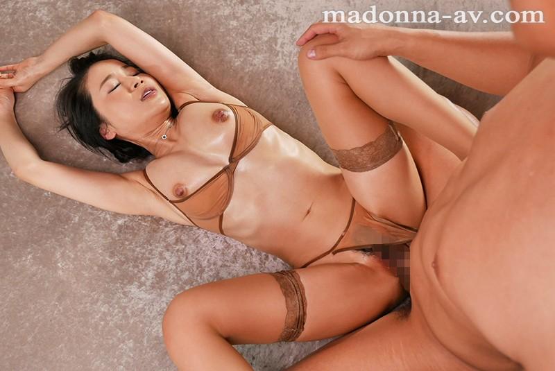 見惚れるほど、美しい黒髪―。 某大手不動産会社で働く人妻 山口椿 45歳 AVデビュー!! サンプル画像  No.8