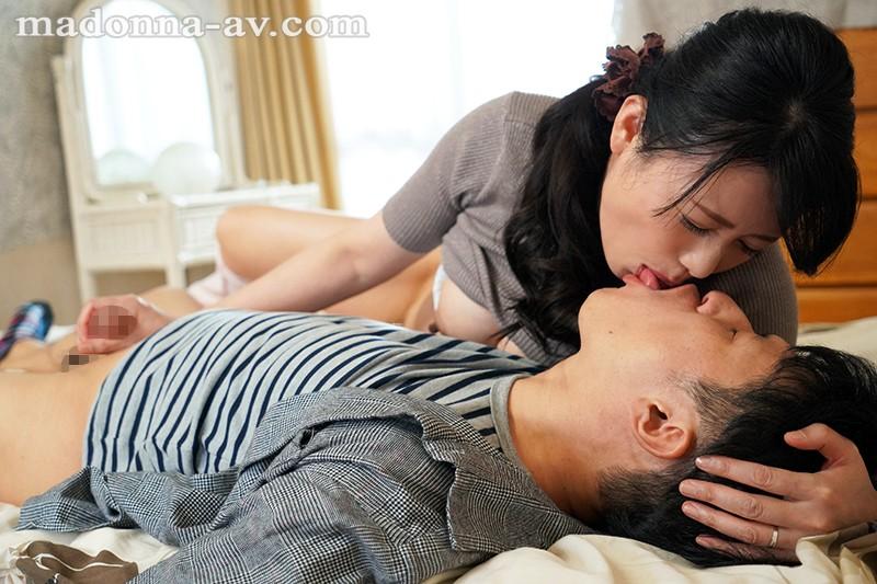 「若いからずっと元気ね。」マ○コから抜いたばかりの肉棒を物足りなさそうにしゃぶりつく年の差フェラ性交。 三浦恵理子 サンプル画像  No.3