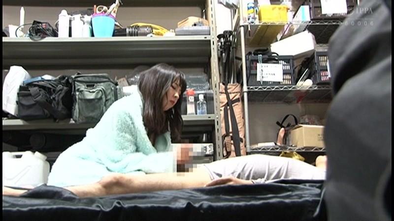 控え室で待機してたら女優に痴女の練習台にされてアナルまで犯された(嬉)! サンプル画像  No.1