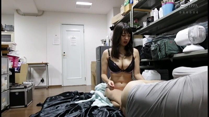 控え室で待機してたら女優に痴女の練習台にされてアナルまで犯された(嬉)! サンプル画像  No.2