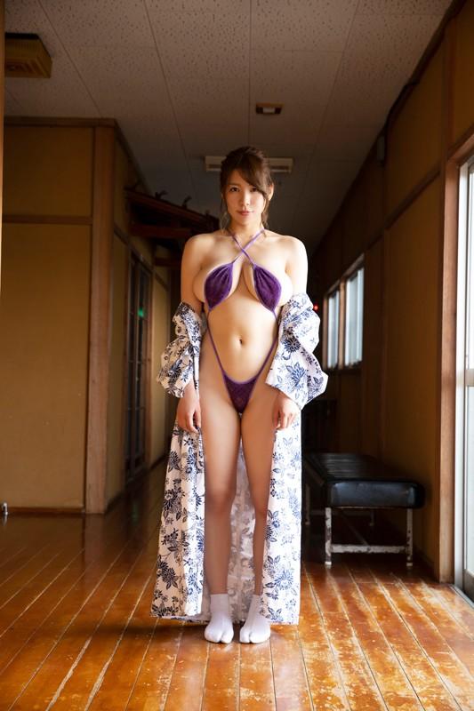 「日本一OLが似合うグラドル」の肩書も持つ彼女が、大胆かつセクシーに魅せる最新作。大人の色気にノックアウト! [サムネイム03]