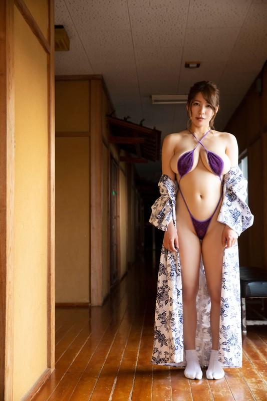 「日本一OLが似合うグラドル」の肩書も持つ彼女が、大胆かつセクシーに魅せる最新作。大人の色気にノックアウト! [サムネイム04]