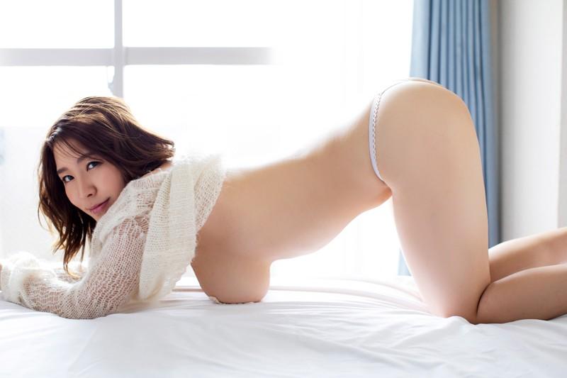 「日本一OLが似合うグラドル」の肩書も持つ彼女が、大胆かつセクシーに魅せる最新作。大人の色気にノックアウト! [サムネイム05]