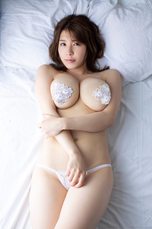「日本一OLが似合うグラドル」の肩書も持つ彼女が、大胆かつセクシーに魅せる最新作。大人の色気にノックアウト! [サムネイム06]