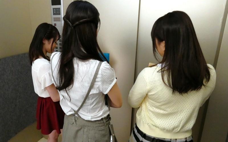 【VR】エレベーター緊急停止!閉じ込められた僕とOL3人 サンプル画像 No.1